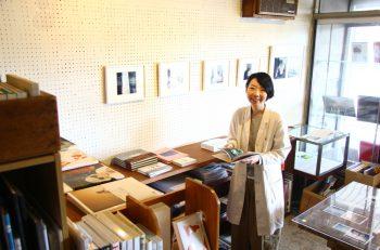 写真集との距離が縮まる書店。昨今話題の「ZINE(ジン)」も並んでます |新潟市沼垂
