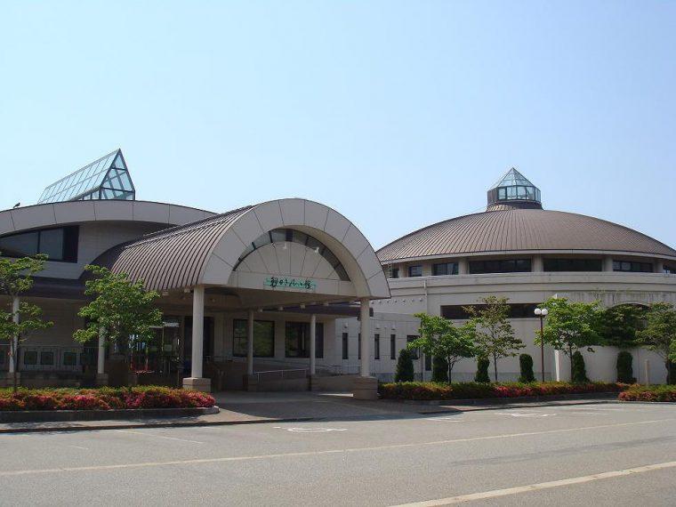 広大な敷地内には、シルクフラワー製作工房や日本玩具歴史など多彩なスポットを用意