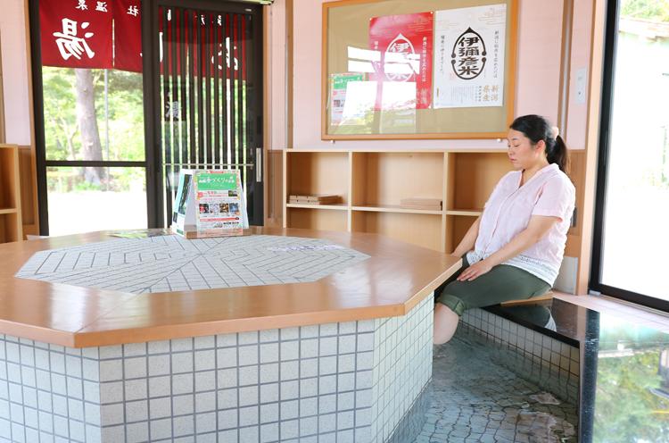 弥彦駅前にオープンした、無料足湯施設「湯のわ」