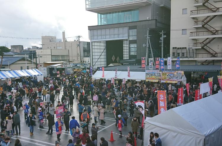 会場は新発田市役所「ヨリネスしばた」及び周辺商店街