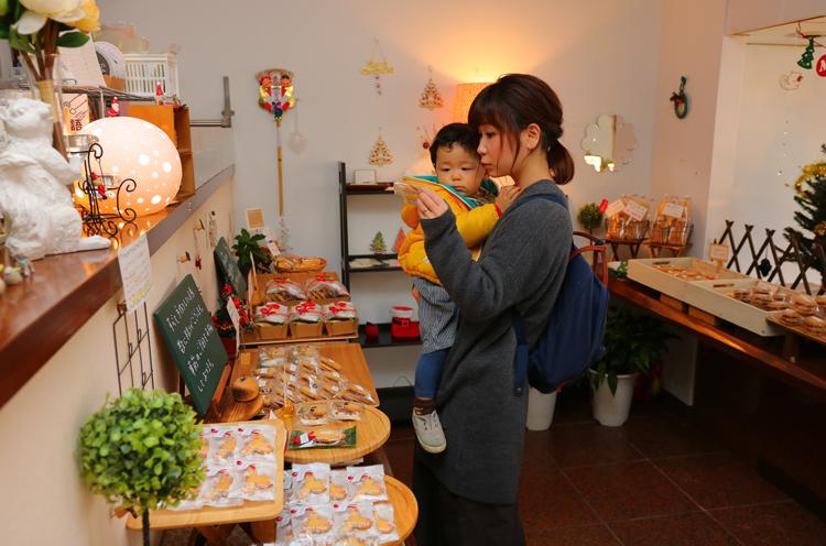 案内してくれた、長岡市在住の安井仁子さんと新汰(あらた)くん(1歳)