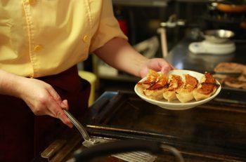 カラシを付けて餃子を食べる天龍軒スタイルでご賞味あれ |新発田市