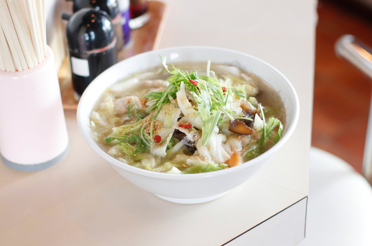 野菜山盛り、クコの実入りの『什錦湯麺(スーチー タンメン)』(700円)。あっさりスープは飲み干したくなるおいしさ!