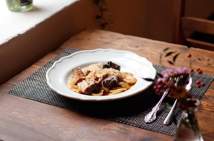『ビアンカ 豚の煮込みソースのストラシナーティー』(1,280円)。阿賀野市の銘柄豚・純白のビアンカとモチモチのショートパスタがコラボ