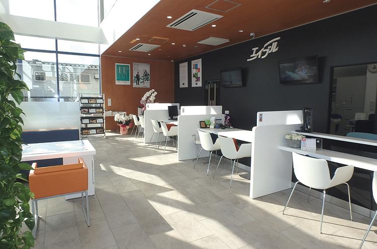 明るく広い店内にはカウンターとテーブルを用意。店内にある自販機のドリンクも飲み放題!