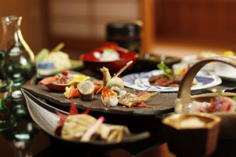 月毎に変わる会席料理は、旬と地元の食材を大切にし、料理長が一品一品手作り。新潟の銘酒も取り揃えている