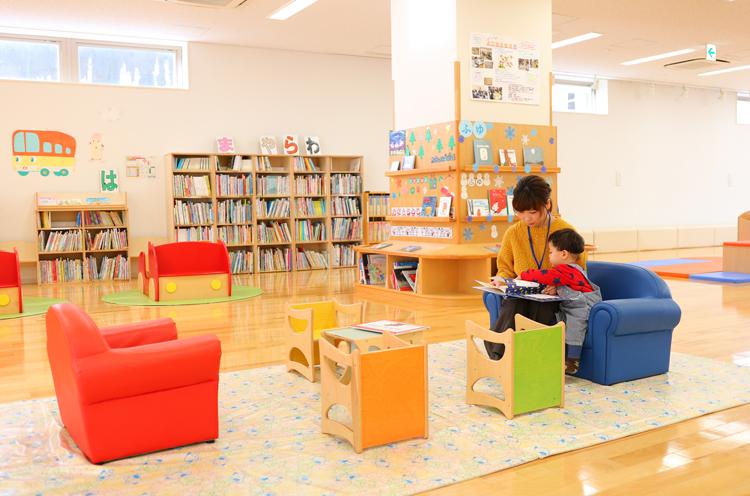 「まちなか絵本館」の様子。ソファに座って一緒に選んだ本を読むのも楽しい時間です