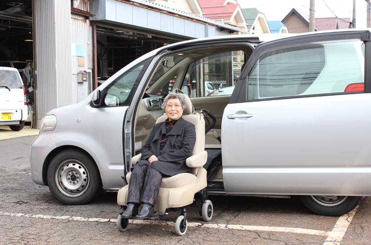 普通車タイプ(トヨタ『ポルテ』)のレンタカーは助手席がそのまま車いすに。電動で操作はラクラク