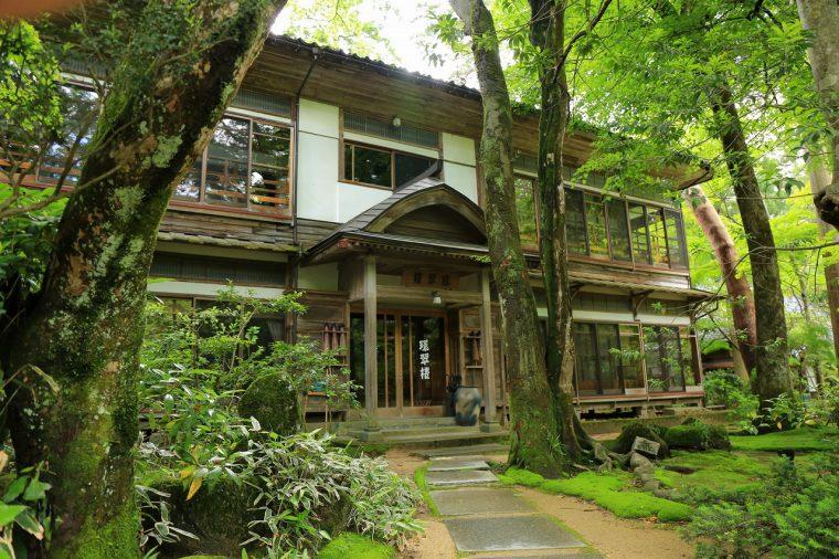 国登録の有形文化財に指定。木造二階建、横長平面の客室「大正の間」。部屋からは美しい庭を見わたせる