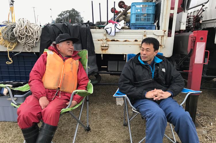 海上撮影の立役者、木船主の 阿部さん(左)と、ドッグマリン の星野さん(右)。おふたりとも まさに海の男です!
