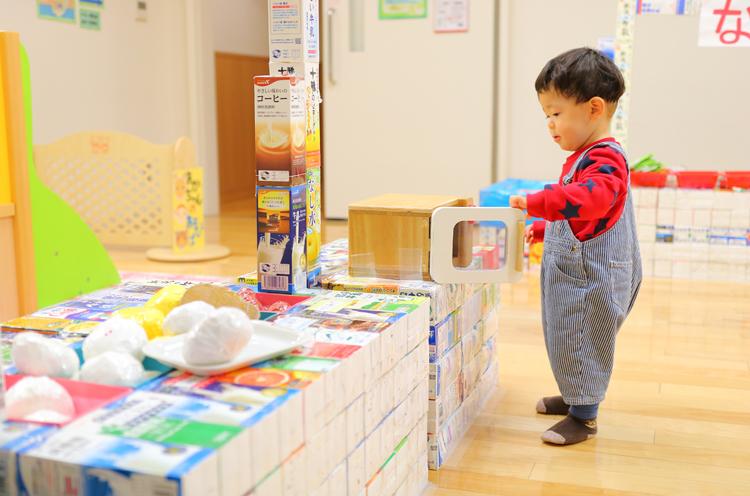 「牛乳パックの遊具は必見です!クオリティが高いですよ」と絶賛の安井さん。新汰くんはおままごとして遊んでいます