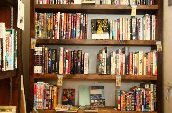 狭~い店内に、絶版本や珍しい本がギッシリ