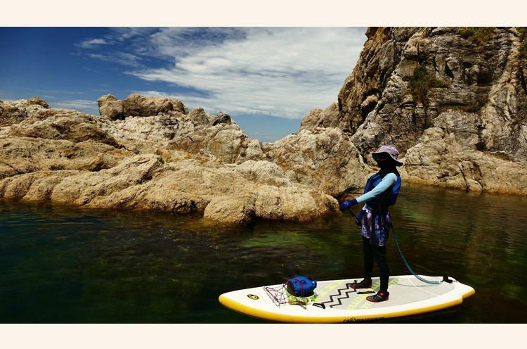 風島弁天岬でSUPをしている様子。魚がゆうゆうと泳ぐ姿を楽しみながらマリンス ポーツは最高です