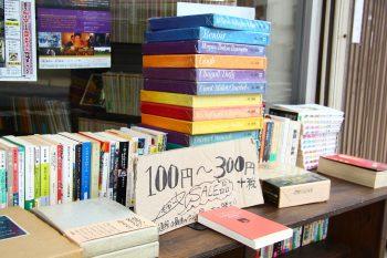 狭~い店内に、絶版本や珍しい本がぎゅっと集合