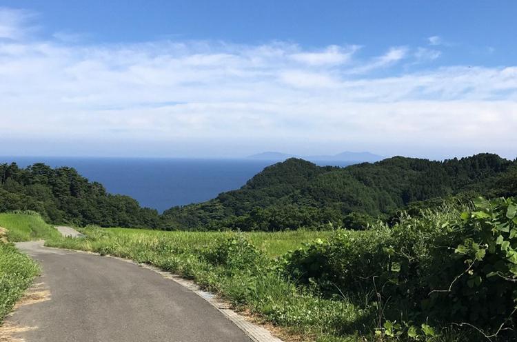 静寂の棚田の目の前に広がる海峡。写真撮影に来られる観光客も増えています