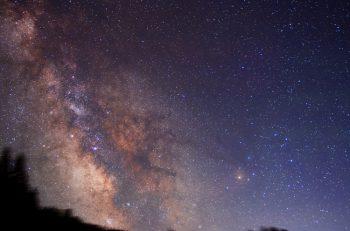 新潟天文研究会の会員が撮影した天体写真を展示。土日にはプラネタリウム番組の上映も