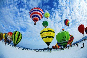 【小千谷市】真っ白な雪原にカラフルな熱気球が浮かぶ