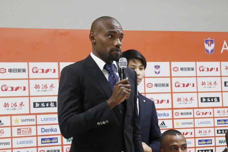 背番号3 DF パウロン選手。同じJ2に所属する栃木FCからの加入で、昨季は新潟からゴールも奪っている選手。192cmの長身を生かしたヘディングは、攻守ともにアルビを支えるでしょう!