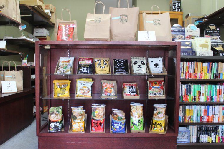 かわいい系パッケージが並ぶ正面のコーナー。右上の札幌・円山動物園のラーメンは北海道土産としておなじみですね