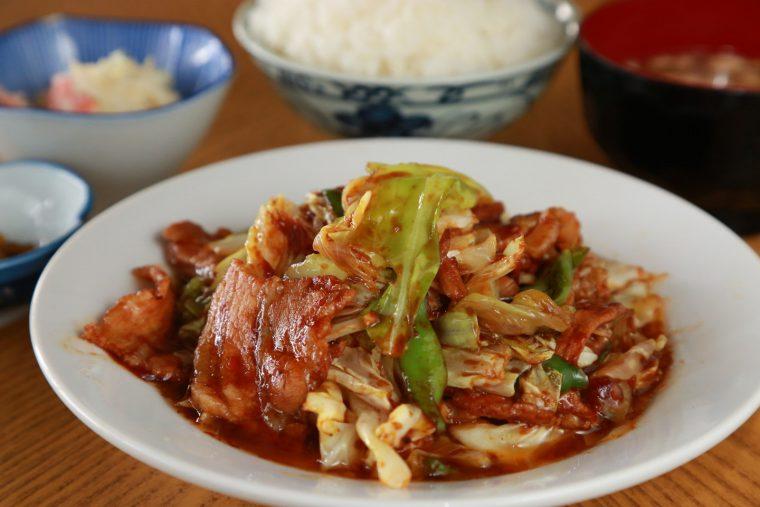 厚切りの豚肉とキャベツを 濃い味のタレにたっぷり絡ませ れば、山盛りご飯も楽勝!