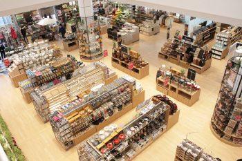 家具や雑貨など25000アイテムが勢揃い。東京インテリア家具が長岡市千秋にオープン