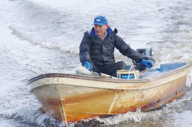 鳥屋野潟漁業協同組合・増井さん。「投網」や「刺網」を駆使して獲った潟魚を提供します