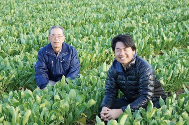 女池菜生産組合・早川一丸さんと孫の辰則さん。世代を超えて地域の食をつなぐ「早川さんの女池菜」を使った料理が提供されます