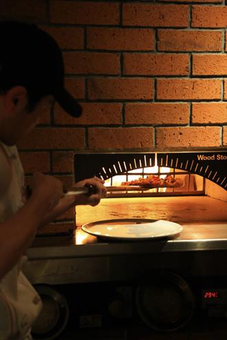 自慢の石窯で焼き上げるピザはぜひ味わってほしい一品!