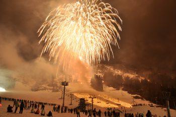【湯沢町】冬の寒さを吹き飛ばす! 大輪の花火がゲレンデを彩る