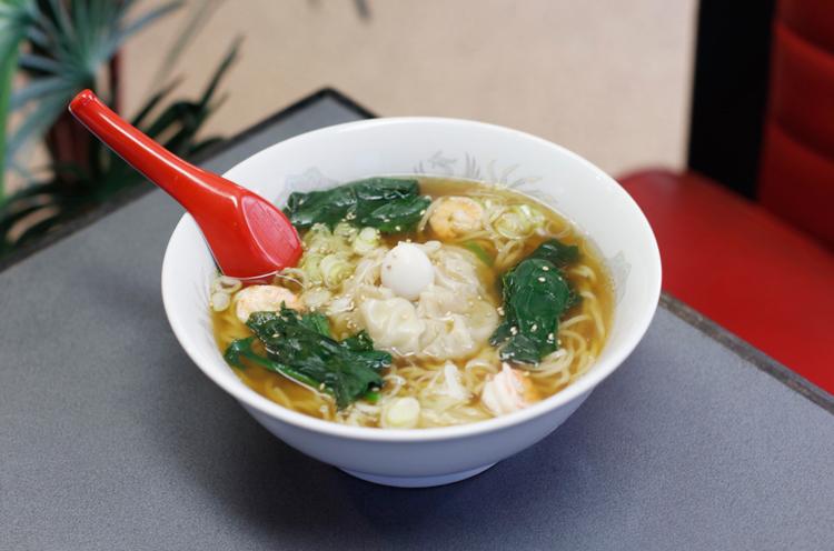 『見附名物へ そラーメン』(700 円)は中央 の「へそ」を割ると、背脂やひき肉がスープに溶け込み、味に変化が
