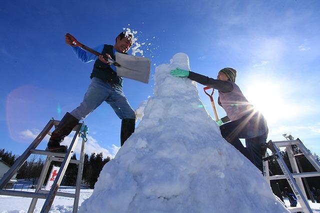 雪を積んで高さを競い合う「雪積み合戦」は白熱の盛り上がり!