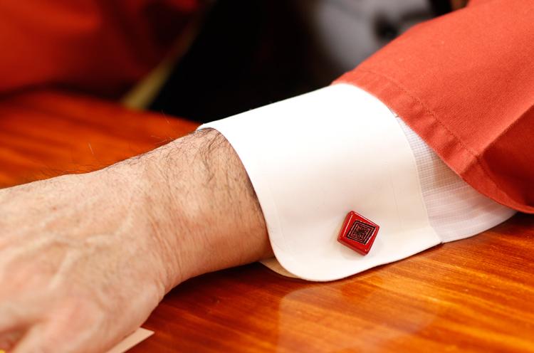 高橋市長のシャツからちらりと見える村上堆朱のカウスボタン。オシャレ!