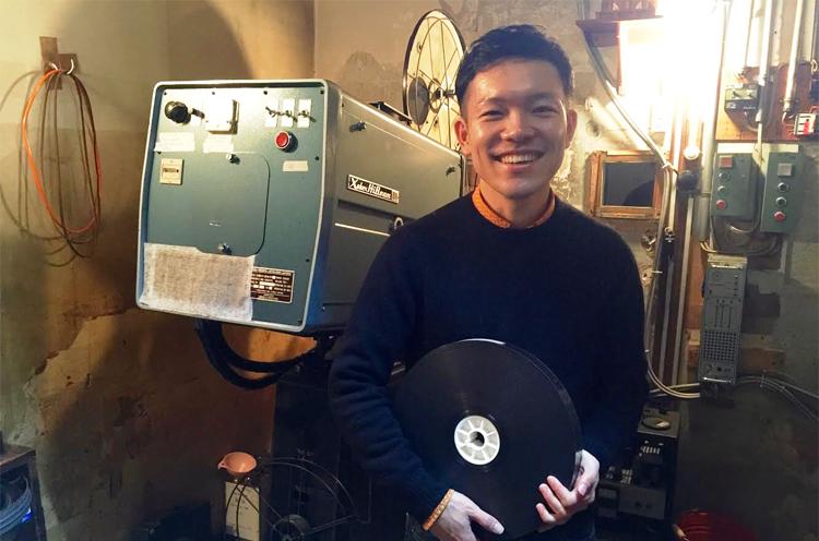 高田世界館の支配人・上野迪音さん。若き映画館支配人としてNHKの全国放送でも紹介されました。結婚式は高田世界館で挙げたという、1児のよきパパ