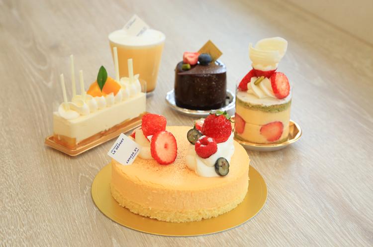 看板商品の『フロマージュ・デエス』は(写真手前)、4号1,944円、カット410円)を筆頭に、流行を押さえつつ、経験を十二分に発揮したケーキの数々が並ぶ。
