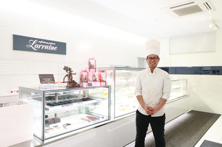 ケーキ屋さんながら、白を基調としたスタイリッシュな店内。パティシエの諏訪さんは芸術的なチョコ作りが得意