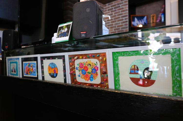 レジ脇にもNao☆さんが描いた絵が飾られていました!
