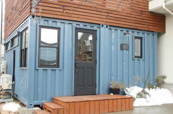ハサミの看板と青いコンテナを目印に|新潟市中央区