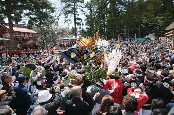【糸魚川市】五穀豊穣を祈り、糸魚川市内押上・寺町両区の若衆が神輿をぶつけ合う『糸魚川けんか祭り』