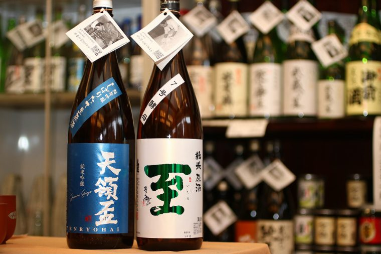『天領盃 純米吟醸しぼりたて生原酒』(左)と『至 純米原酒7号酵母』