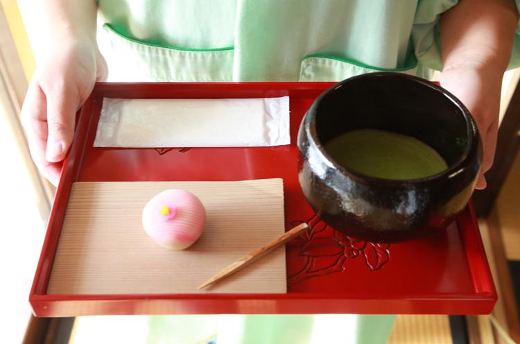 喫茶で提供する『お抹茶セット』 (540円)
