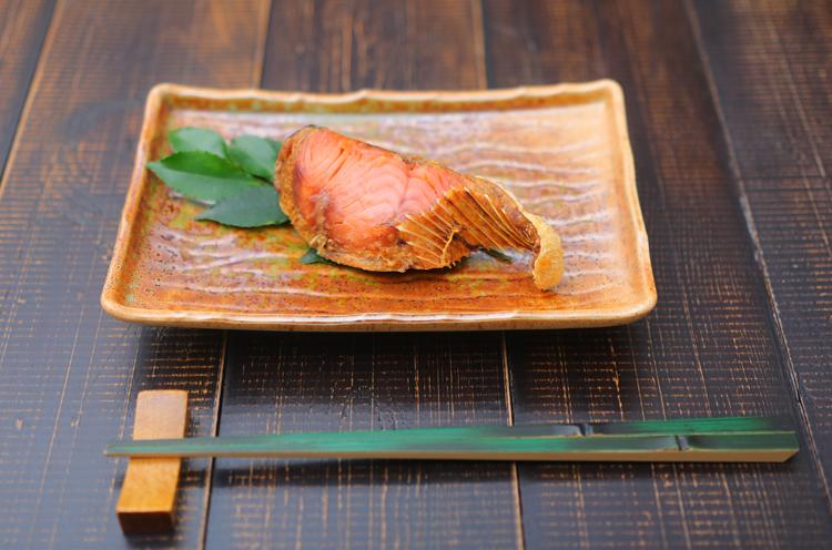 鮭の身に塩をすりこみ、塩漬けにしてから村上の 寒風にさらして作る「『塩引鮭』(80g 580円)