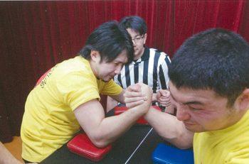 腕相撲に自信のある人集まれ! アームレスリング大会を開催