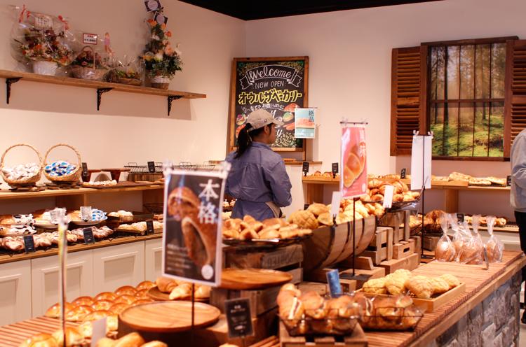 焼きがったパンが次々と店頭に並びます
