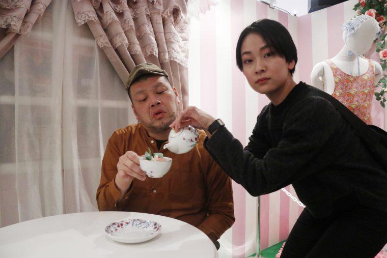 くっきー氏にお茶を注ぐ高崎(真顔)