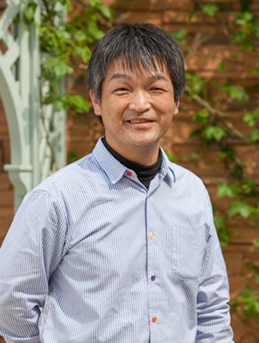 小山内健(京阪園芸でバラの栽培、品種の鑑定などに携わる。TVチャンピオン「全国バラの花通選手権」2回制覇。講演会、テレビ出演など各方面で活躍している)