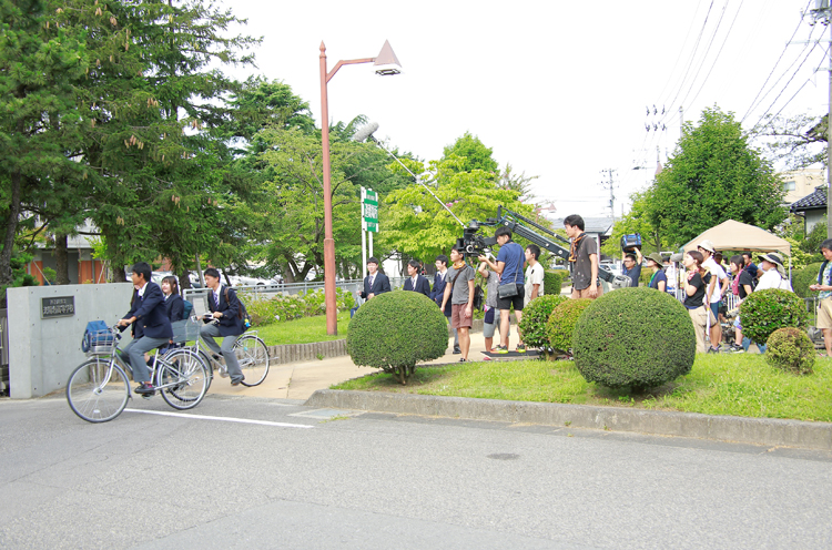 新発田高校。校門前での撮影