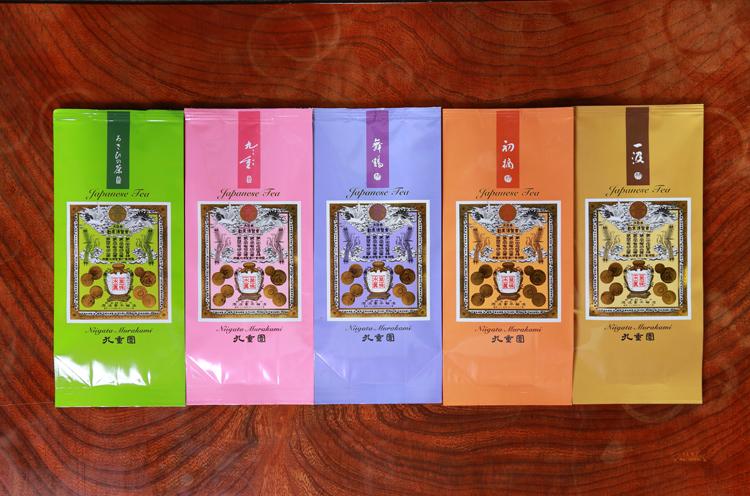 高級煎茶などの人気商品を気軽に楽しんで ほしいと誕生した、 40 グラムの小容量 パック『なな彩(いろ)の詩』各種540〜1620円