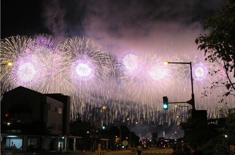 重要なシーンが撮影された長岡大花火大会。フェニックス花火も映画に登場するんです