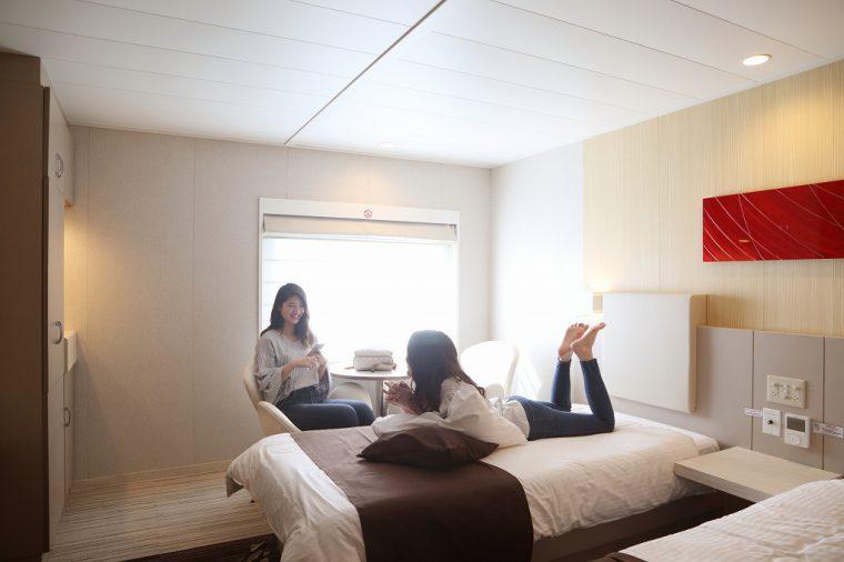 船舶は、まるでホテルのような個室、進行方向の海を眺めながらくつろげるリクライニングシート席など、快適な客席を備えた「カジュアルクルーズフェリー」。航行中も船内で無料Wi-Fi が利用できるほか、愛犬との船旅も安心なドッグルームなど「わんこ対応施設」も用意されている