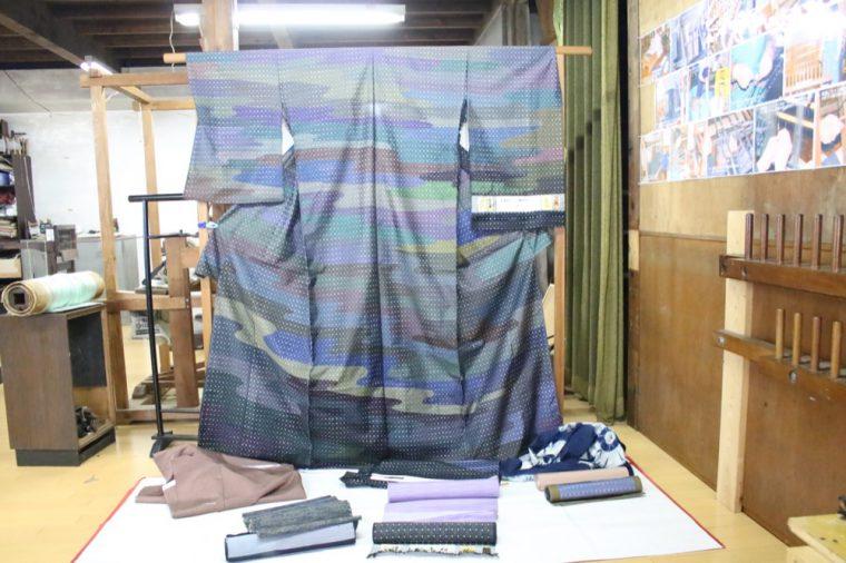 2種類の織りで表現したきもの。100色の絹糸をつかったのだとか!